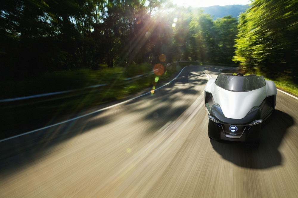Nissan-BladeGlider-Concept-front-end-in-motion-02